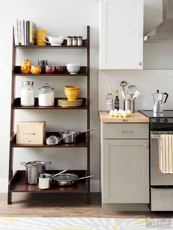 Cozinha com estante cavalete decorada com itens de cozinha