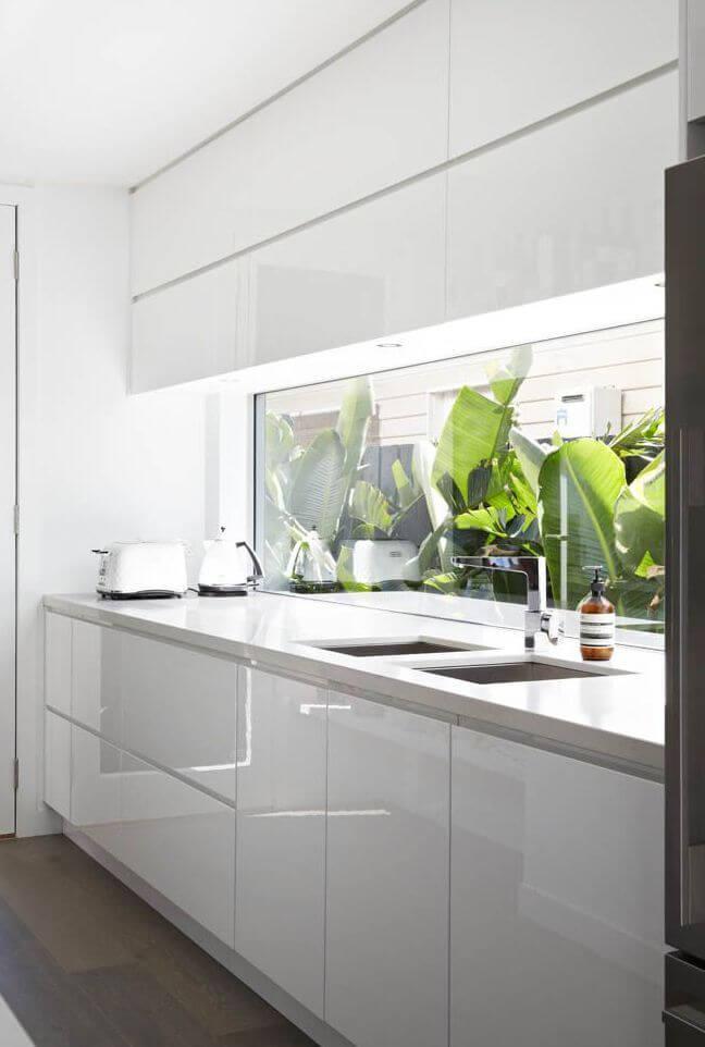 Cozinha com pedra para bancada branca