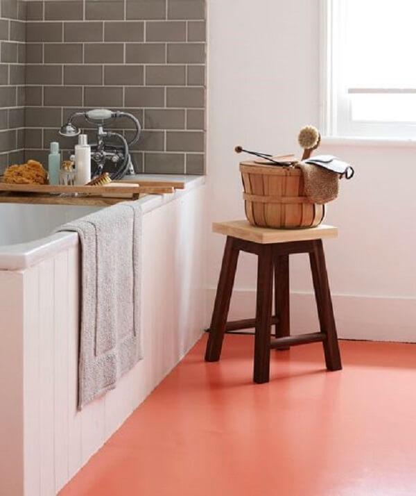 Cozinha com piso pintado cor de rosa