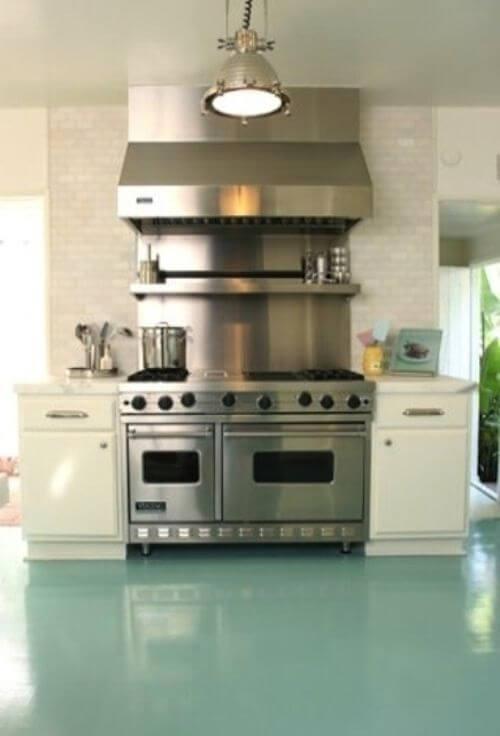 Cozinha com piso pintado verde agua