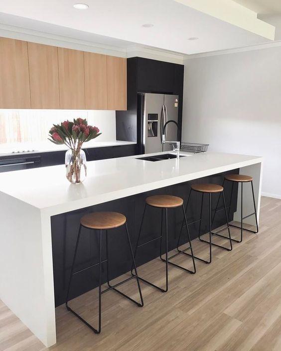 Cozinha com silestone branco com armário preto