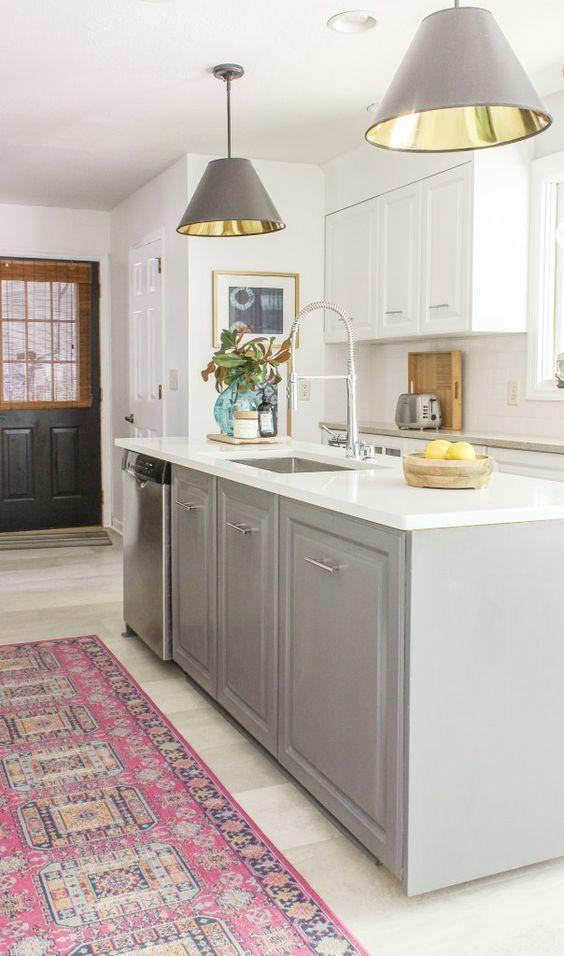 Cozinha com silestone branco e armários cinzas