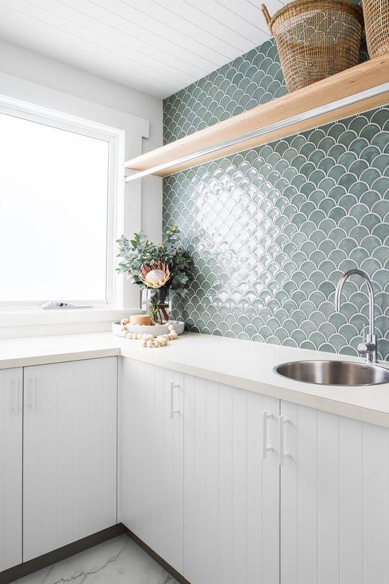 Cozinha com silestone branco e azulejo verde