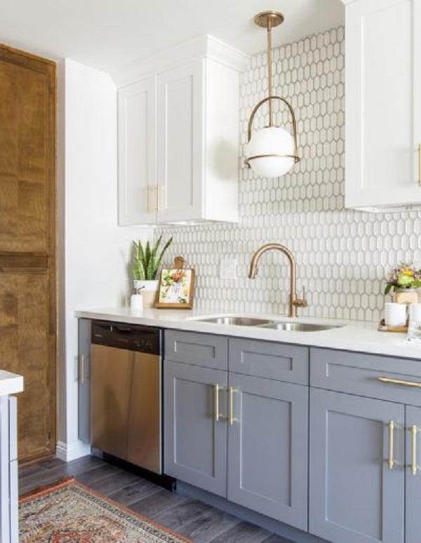 Cozinha com silestone branco e torneira dourada moderna