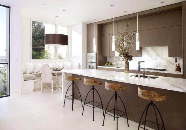 Cozinha com tons de marrom e bancada de marmore