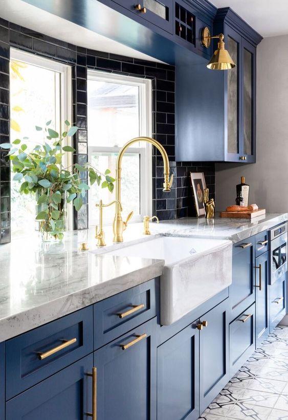 Cozinha de luxo com bancada de granito branco