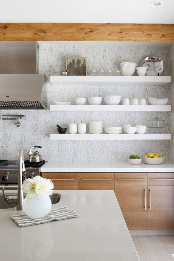 Cozinha de madeira com silestone branco e prateleiras