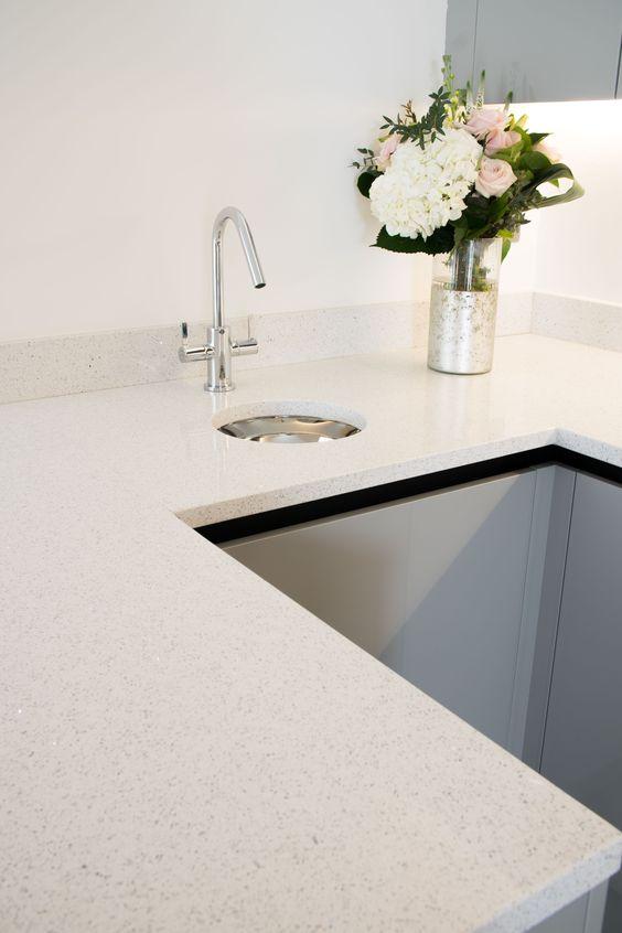 Cozinha em U com bancada de silestone branco