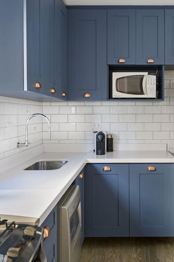 Cozinha moderna com silestone branco e armários azuis