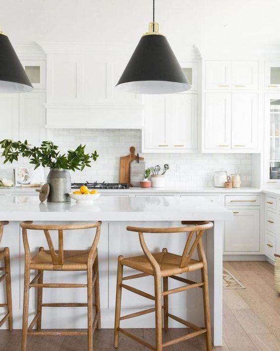 Cozinha moderna com silestone branco na ilha gourmet