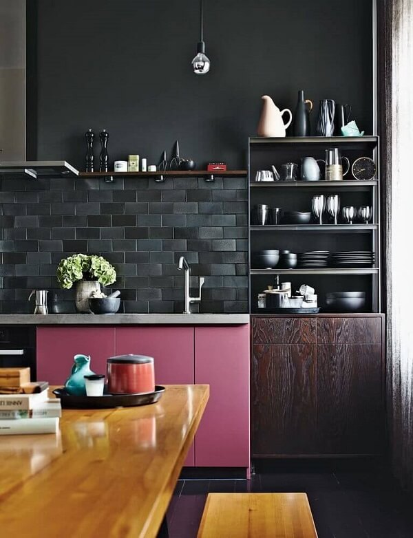 Cozinha moderna e sofisticada com revestimento cerâmico preto. Fonte: Pinterest