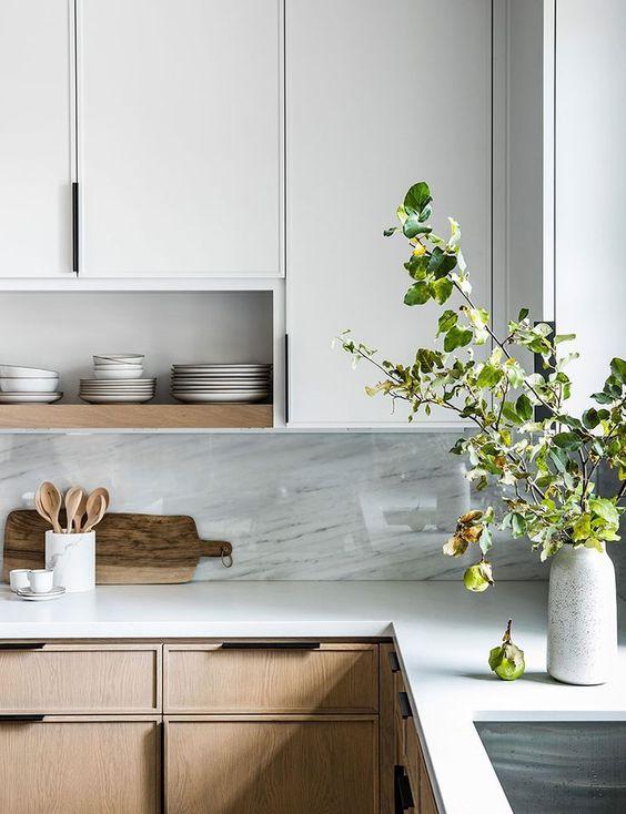 Cozinha moderna em L com silestone branco na bancada e decoração com plantas