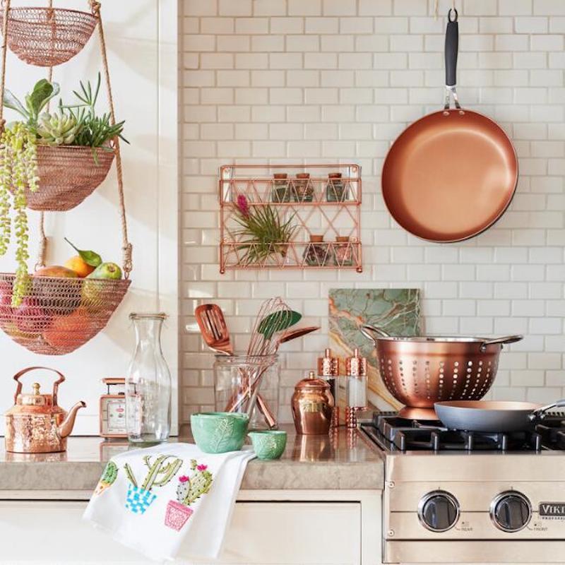 Cozinha organizada com utensílios rose gold