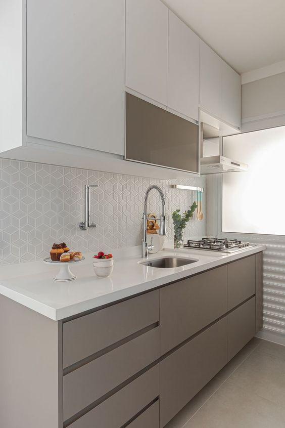 Cozinha pequena com silestone branco na bancada