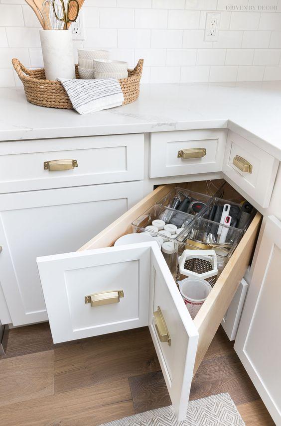 Cozinha planejada com silestone branco na bancada