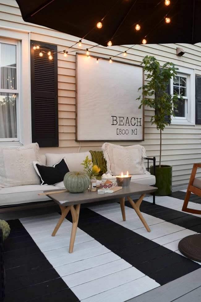 Deck de madeira com piso pintado preto e branco