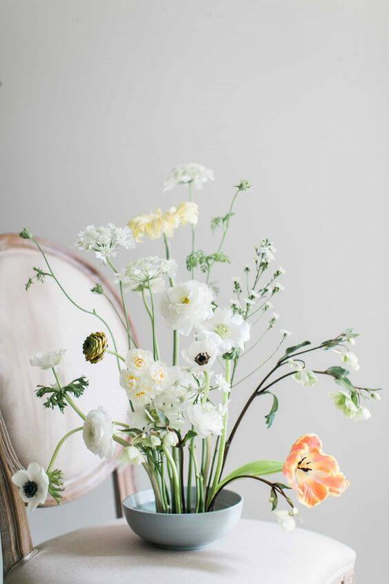 Decoração chique com ikebana de flores brancas e amarelas