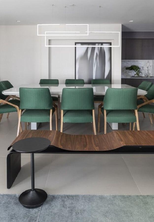 Decoração clean com cadeira estofada verde para sala de jantar branca moderna  Foto Futurist Architecture