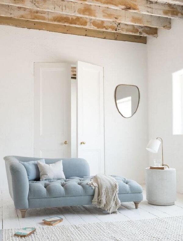 Decoração clean com divã poltrona azul claro e manta neutra. Fonte: Pinterest