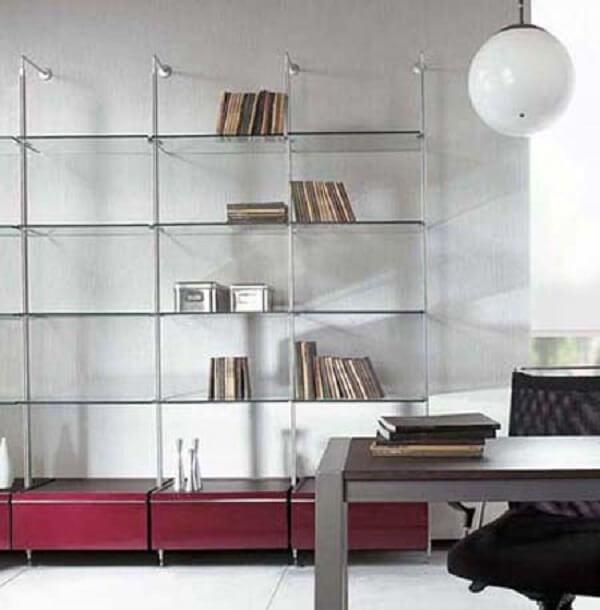 Decoração clean com estante de vidro. Fonte: Pinterest