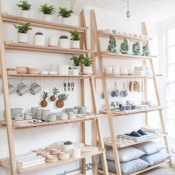 Decoração com estante cavalete de madeira
