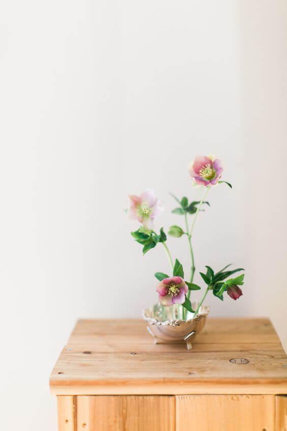 Decoração com ikebana em roxo