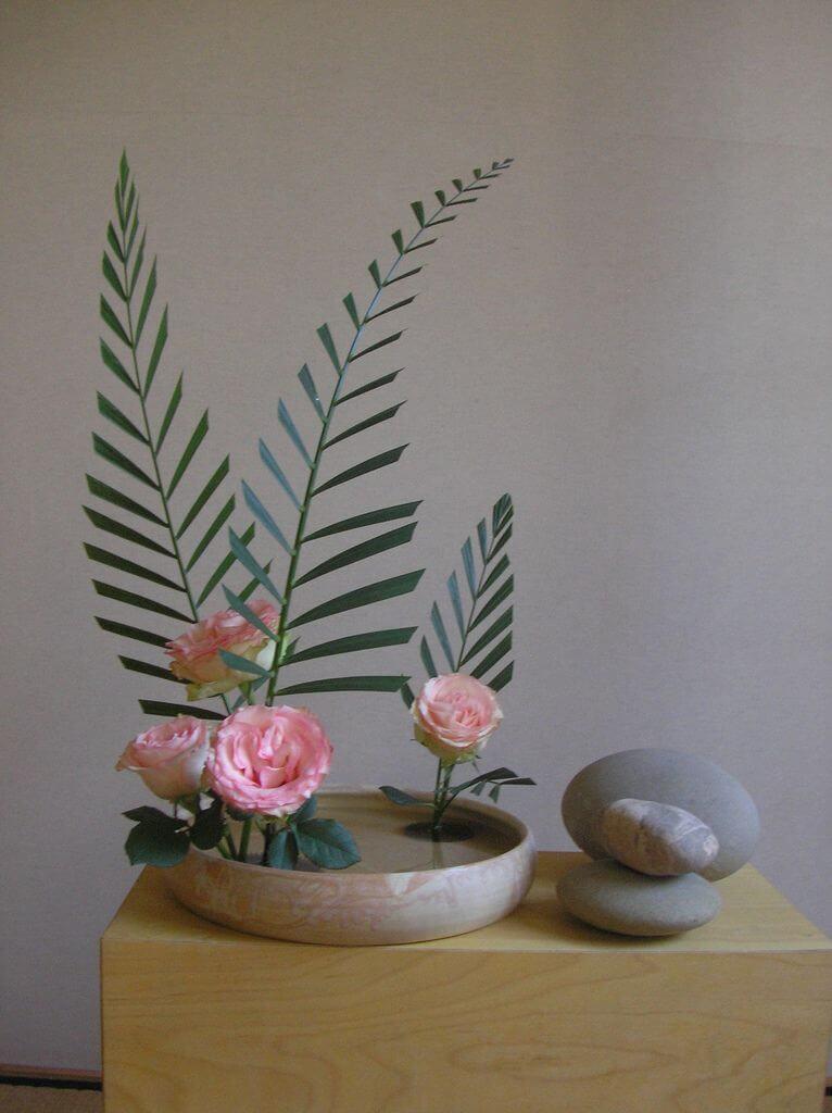 Decoração com ikebana verde e rosa