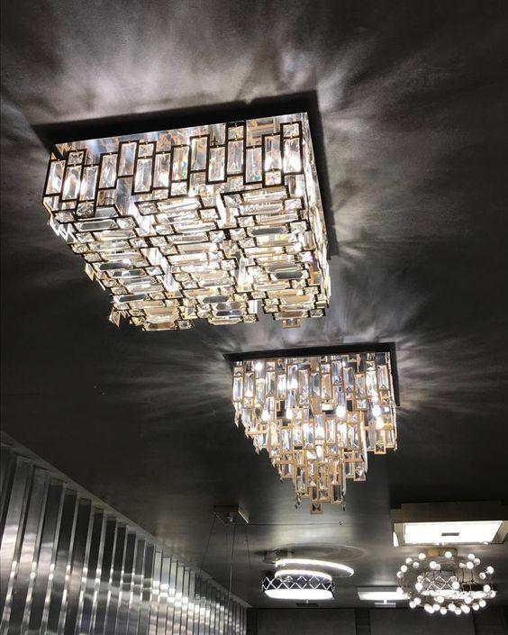 Decoração com lustre quadrado de cristais e moderno