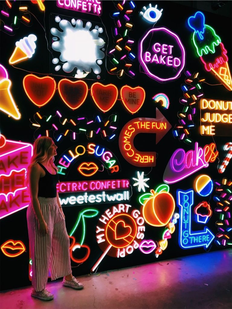 Decoração com luz neon colorida