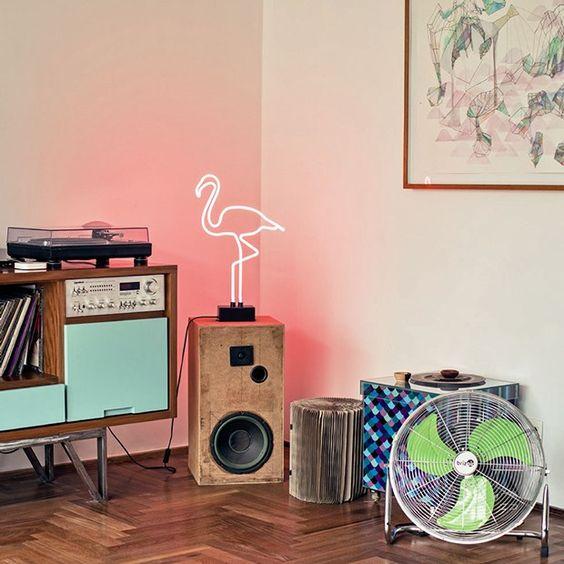 Decoração com luz neon em formato de flamingo