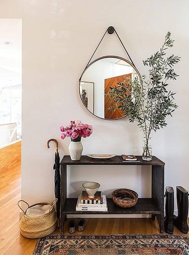 Decoração com moldura redonda para espelho na sala de estar