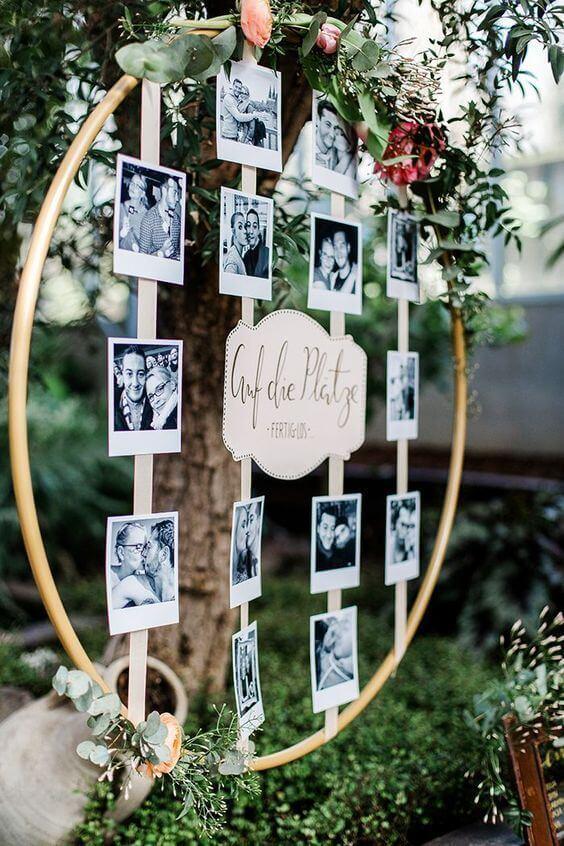 Decoração com moldura redonda para fotos e enfeites de flores