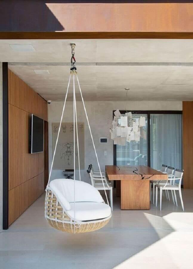 Decoração com painel de madeira e cadeira de balanço suspensa para varanda gourmet grande Foto Casa de Valentina