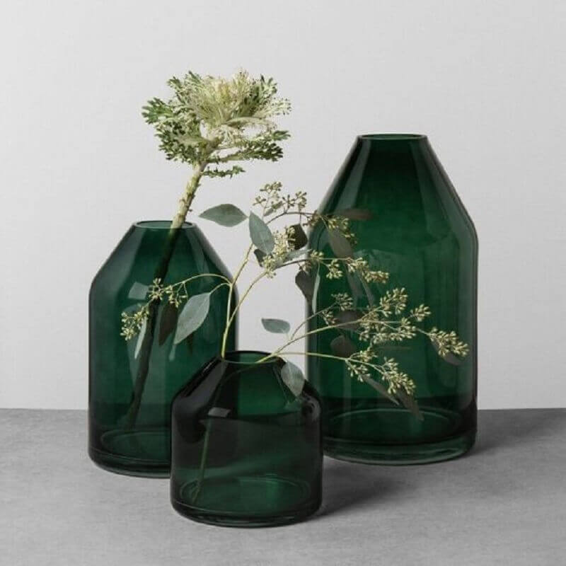 Decoração cor verde com vasos de vidro