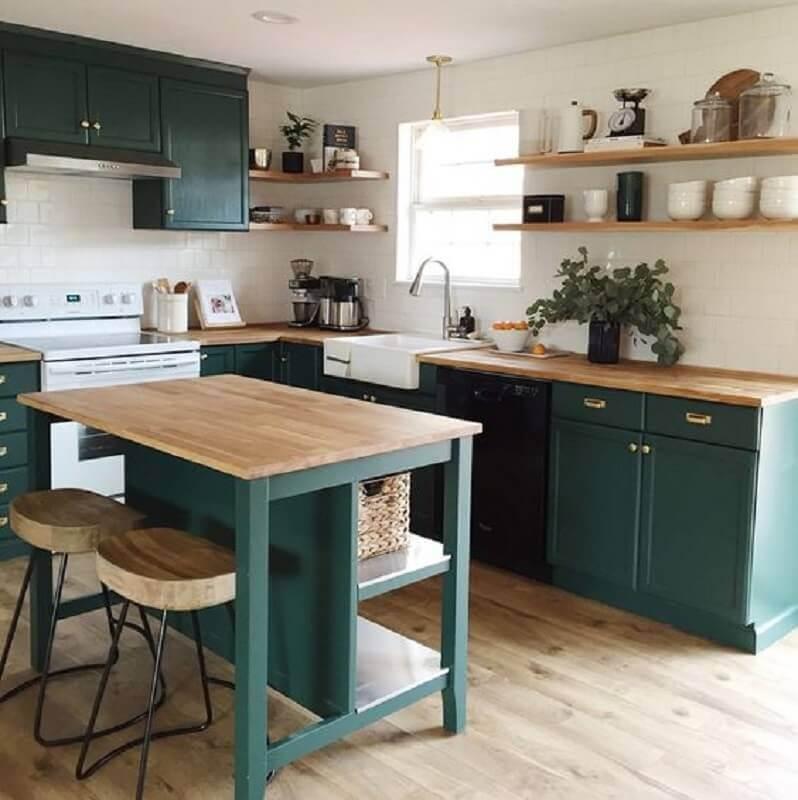 Decoração cor verde para cozinha planejada com bancada de madeira