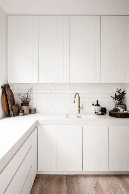 Decoração de cozinha clara e iluminada com bancada de silestone