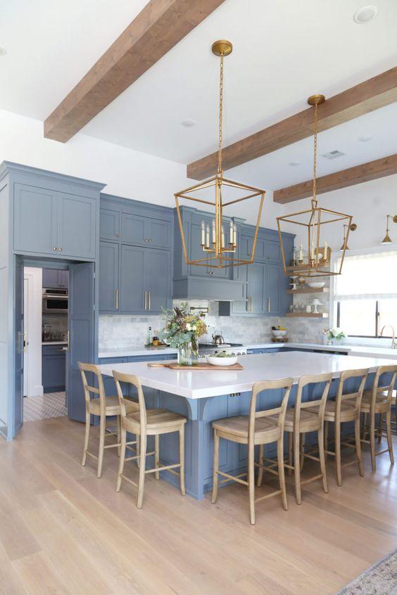 Decoração de cozinha moderna com silestone branco e luminária dourada