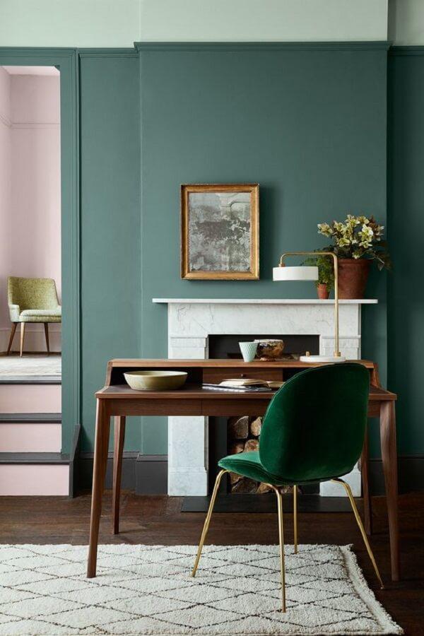 Decoração de home office com cadeira veludo verde para escrivaninha de madeira Foto Pinterest