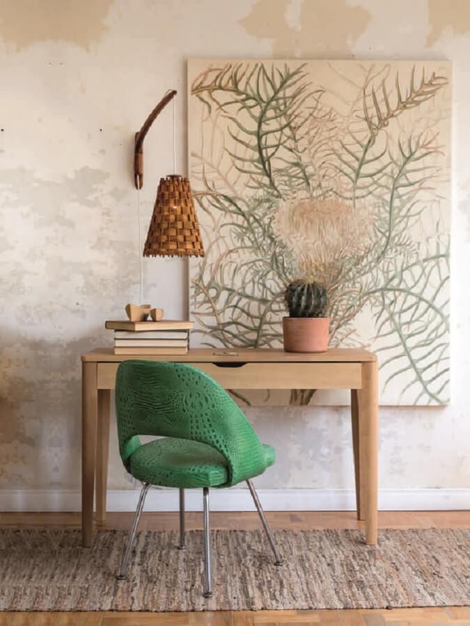 Decoração de home office com escrivaninha de madeira e cadeira verde estofada Foto Histórias de Casa