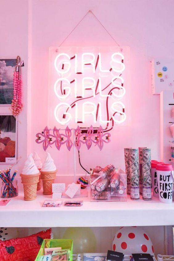Decoração de quarto feminino com luminaria luz neon