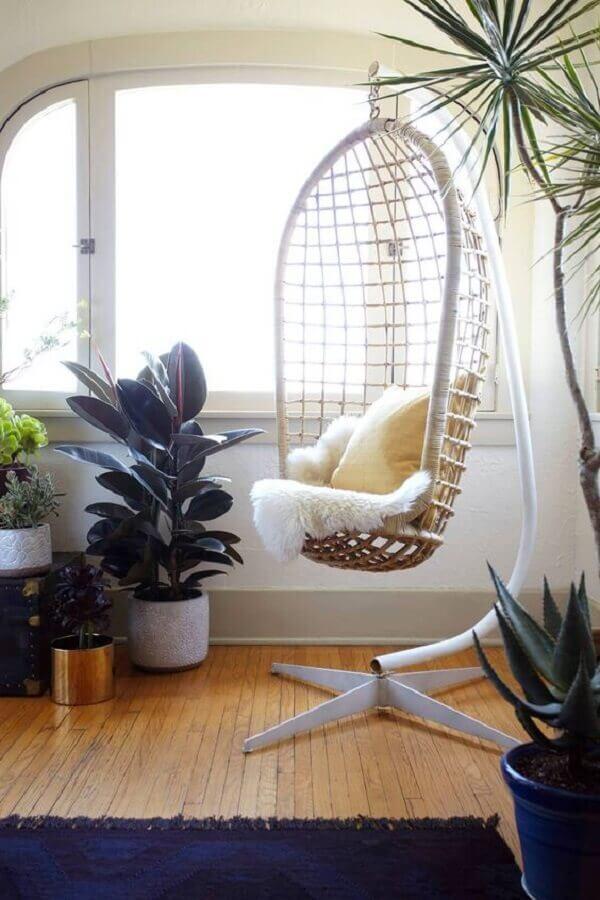 Decoração de sala com vasos de plantas e cadeira de balanço suspensa com suporte Foto Pinterest
