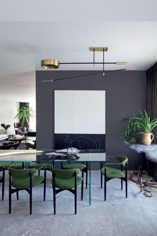 Decoração de sala de jantar cinza com cadeira verde estofada moderna e mesa de vidro  Foto Home Decor Ideas