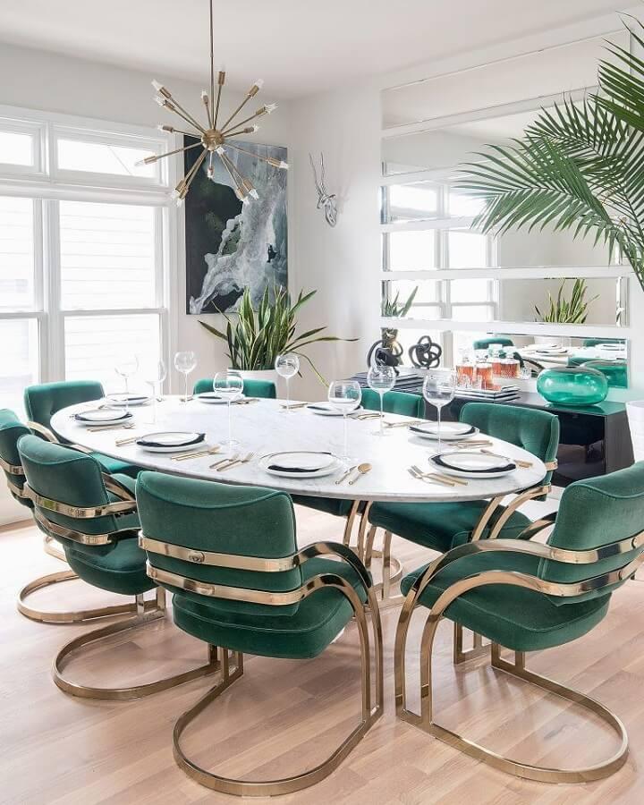 Decoração de sala de jantar com mesa oval e cadeira verde moderna estofada  Foto Apartment Therapy