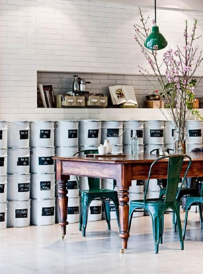 Decoração estilo industrial com mesa de madeira e cadeira verde escuro Foto Casa de Valentina