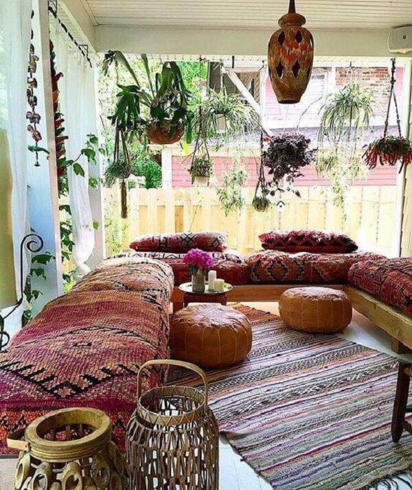 Decoração indiana traz conforto e harmonia para a varanda do imóvel. Fonte: Pinterest