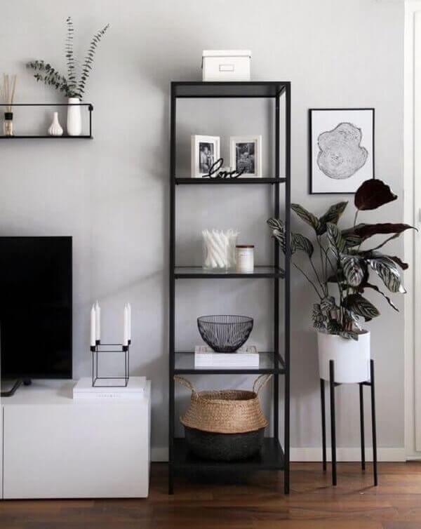 Decoração minimalista com estante de vidro estreita. Fonte: Petra Taguls
