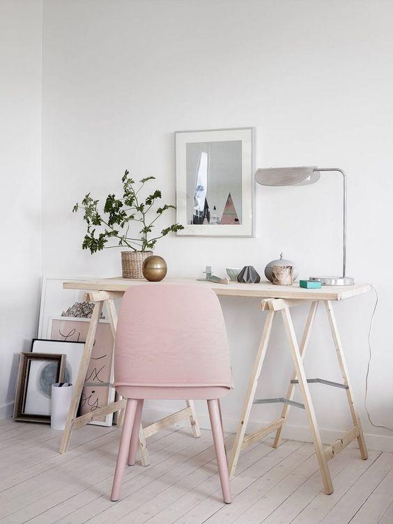 Decoração minimalista com mesa cavalete simples