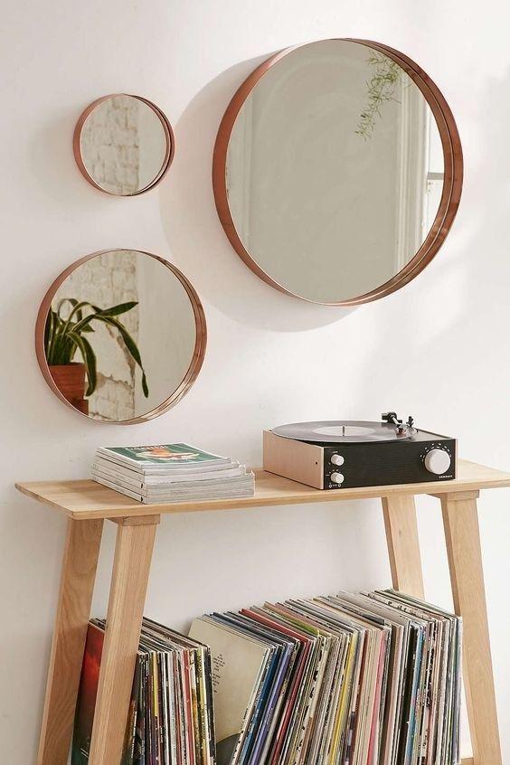 Decoração moderna com moldura redonda e aparador de madeira vitrola
