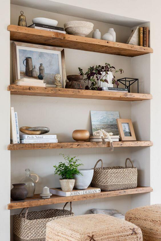 Decoração para sala com enfeites para estante de madeira