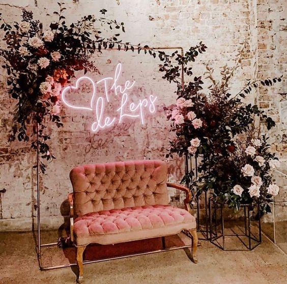 Decoração romântica com letreiro em luz neon